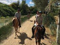Siguiendo el riachuelo a caballo