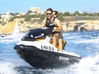 Llevando a la pareja en la moto de agua