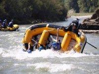 Balsa volcandose en el rio