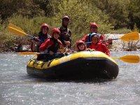 大人和孩子一天划独木舟漂流