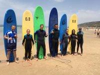 Alumnos de iniciacion al surf