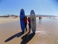 Chicas con las tablas de surf en Zahara