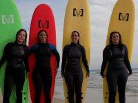 Surfistas en la costa gaditana con tablas de colores