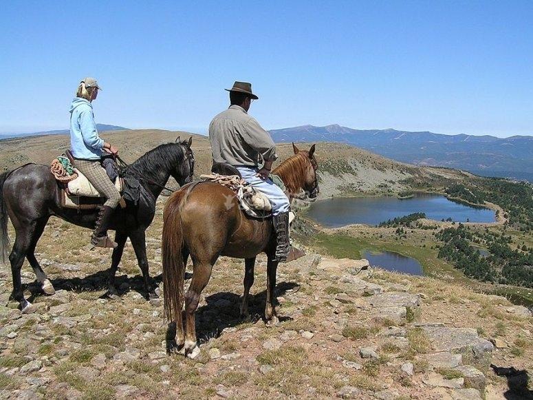 Observando el valle a caballo