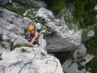适合孩子费拉塔壮观的垂直铁索攀岩在二面角
