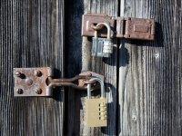 Puerta con cerrojos