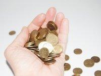 Sosteniendo monedas