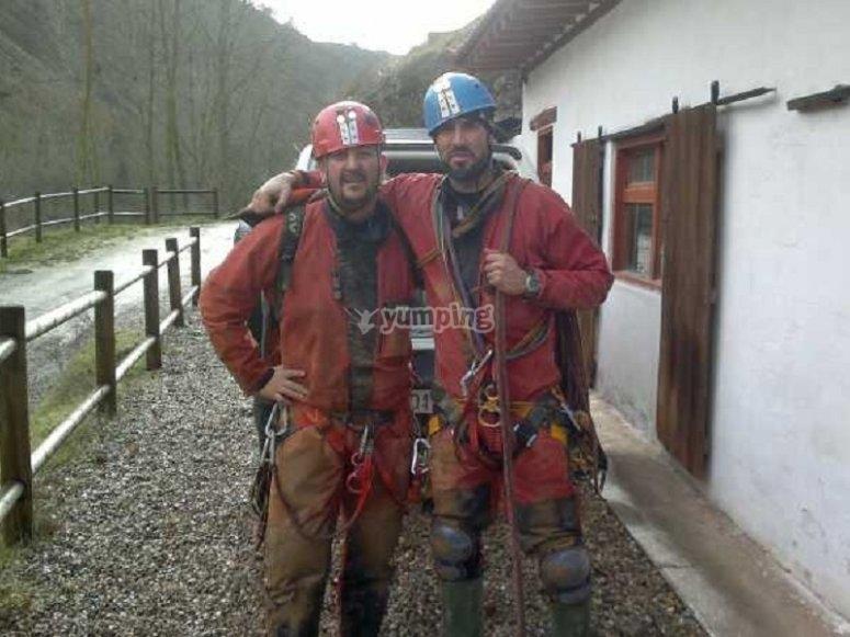 Espeleologos equipados para la aventura