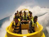Chicos en el barco veloz