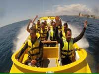 Levantando las manos en el barco amarillo