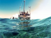 Catamaran navegando en la isla menorquina