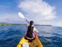 Remando en la parte delantera del kayak