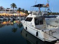 Barco descansando de noche en puerto