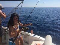 Joven pescadora a bordo