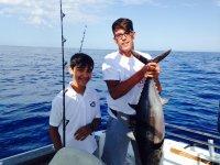 Jovenes pescadores en el Mediterraneo