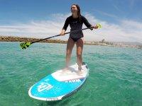 Chica haciendo paddle surf