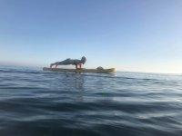Ejercicio de abdominales sobre la tabla de Paddle Surf