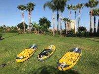 Tablas de paddle surf sobre la hierba