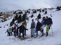 Excursion de amigos con raquetas de nieve
