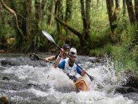 Kayak en río de aguas bravas