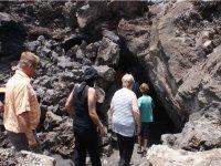 Parada para visitar la cueva canaria