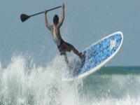 在桨冲浪中飞过海浪