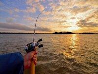 Pescare con il sole che tramonta