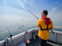 Pescare al largo della barca