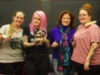 Grupo con chica de pelo rosa