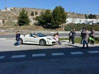 Fotografiandose con el coche de lujo