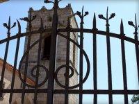 La torre detras de la reja