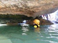Pasando a nado bajo la roca