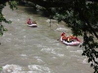 组在格拉纳达刷卡河在筏充气救生筏漂流