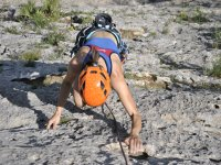 Aggrappandosi ai buchi nella roccia