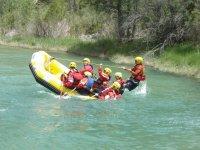 Balsa de rafting cayendo al rio