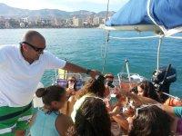 在船上Peques提供饮料给乘客的女水手穿着