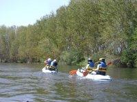 Traverse des rivières avec de l'eau en mouvement