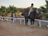 nina a caballo