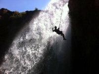 Rapel al lado de cascada