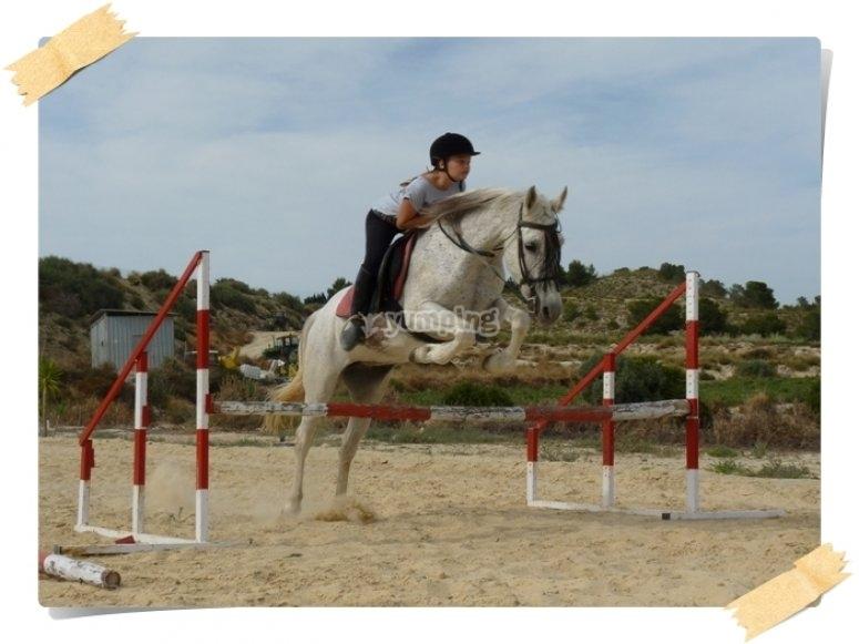 Practicando salto a caballo