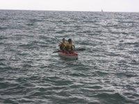 Alumnos navengando en kayak en Badalona