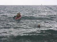 Kakayak junto a nadador en el Mediterraneo