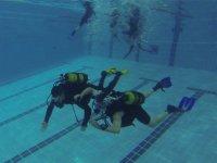 测试在游泳池潜水