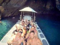 Chicos en barco neumatico