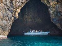 Barco en el interior de la cala