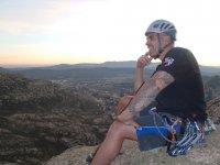 登山考虑与岩壁上攀援直墙