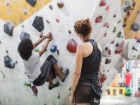 儿童攀登攀岩墙
