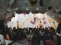 在攀岩墙上进行攀岩表演
