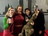 Gruppo di ragazze con il drago