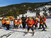 准备在雪地滑雪